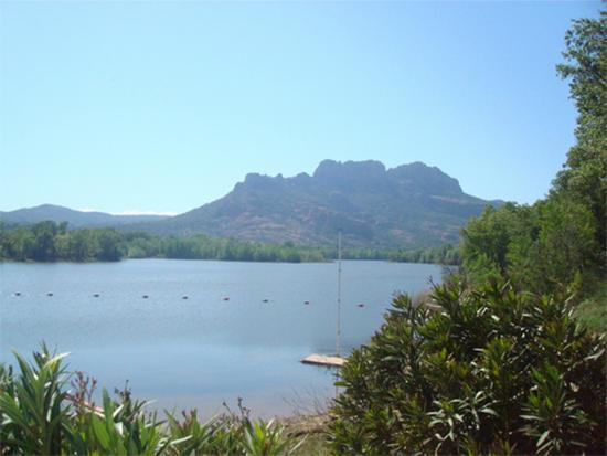 Le lac de l'Arena, au pied du rocher