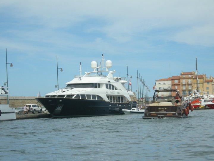 De gigantesques bâteaux dans le port de St-Tropez